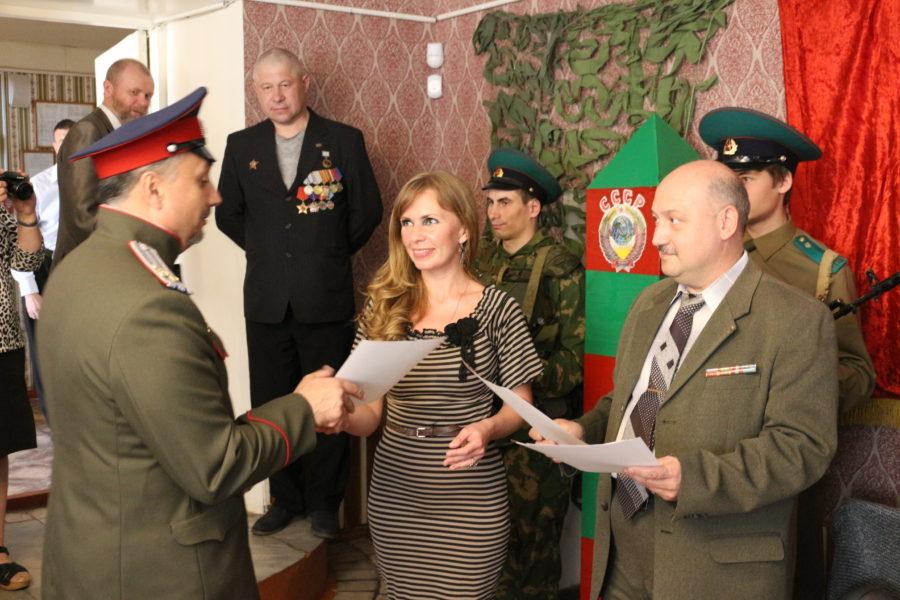 Вручение благодарности казачьему полковнику Игорю Мартынову.