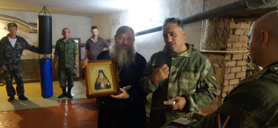 Вручение иконы святого Гавриила Афонского духовнику СКВРиЗ.