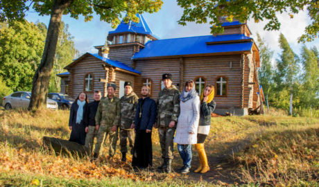 """Казаки """"Союза донских казаков"""" помогают строить храм в селе."""
