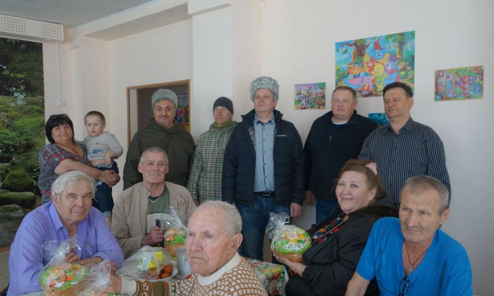 """Казаки и """"Опора России"""" подарили куличи в социальную гостиницу."""