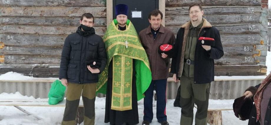 Донские казаки города Брянска приняли участие в установке купола храма.