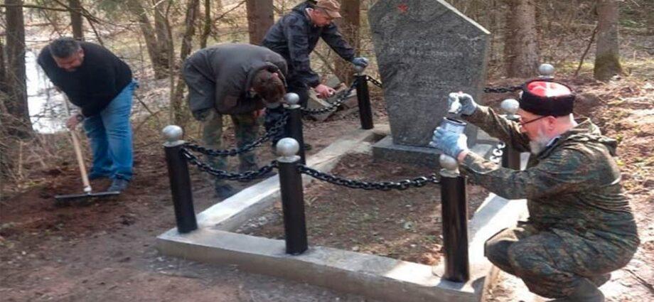 Казаки Наро-Фоминского отдела приводя в порядок захоронение героя.