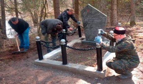 Казаки продолжили работу по благоустройству воинского захоронения.